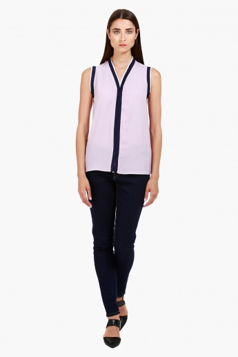 Casual V-Neck Top with Contrast Detailing in Regular Fit
